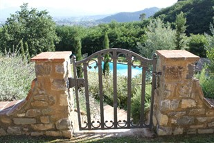 Fenced pool villas in tuscany