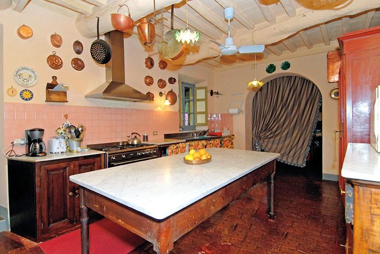 kitchen1.1-lucca-villa.jpg