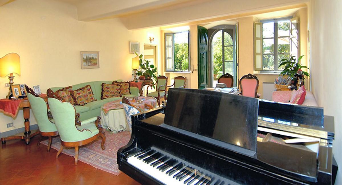 piano.room-lucca-villa.jpg