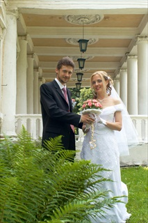Tuscany wedding outside building.jpg