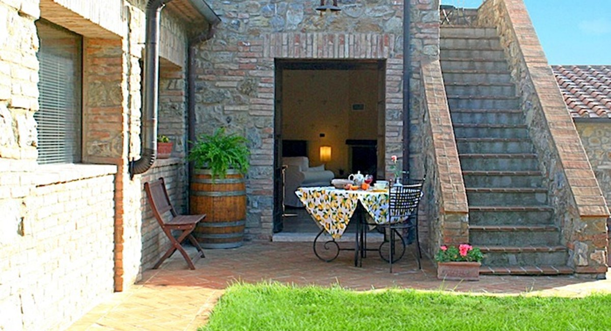 outside dining area apartment siena .jpg