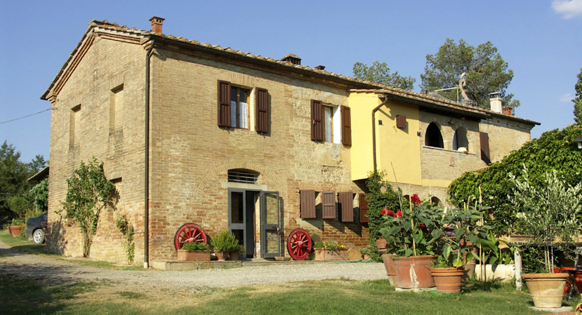Farmhouse in Siena with swimming pool (1).jpg