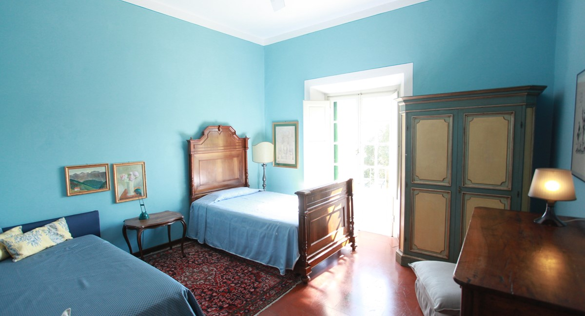 Bedroom blue  Florence city centre sleeps 10 people (11).JPG